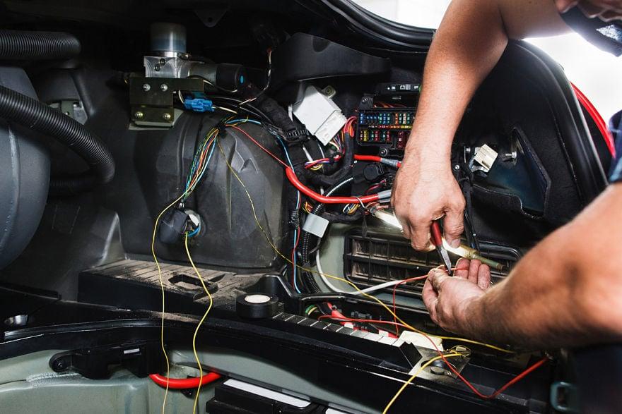 iStock-576582996 portada cables coche_optlimpiador de contactos