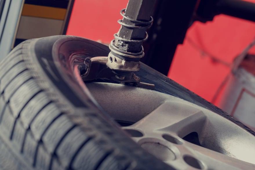rueda de coche en maquina des