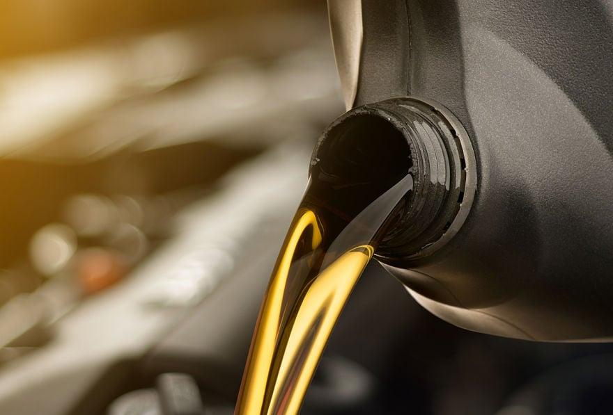 iStock-951385738 portada lubricante coche_opt