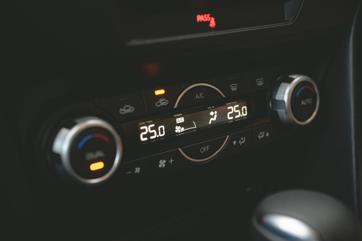 Cómo reparar una fuga de aire acondicionado en el coche