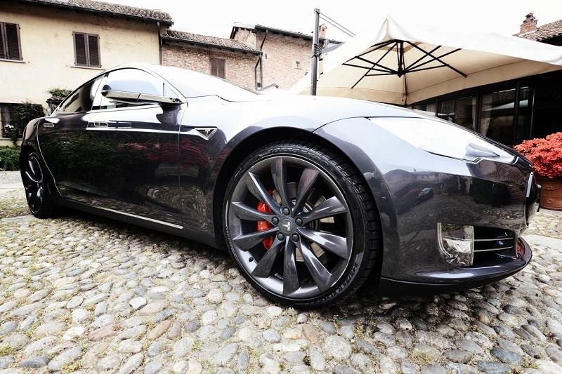 ¿Ganaría un Tesla Model S a estos superdeportivos en una carrera?