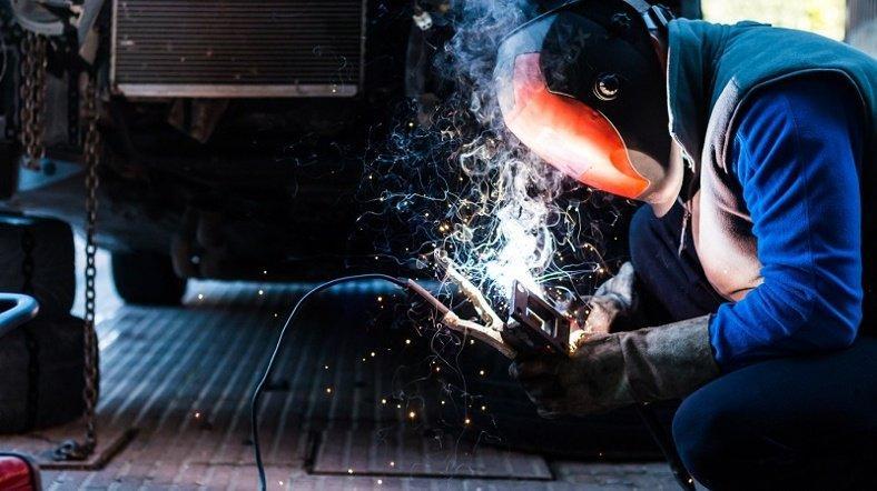 10 riesgos de trabajar en un taller de reparación de vehículos